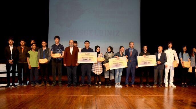 4. Necip Fazıl Tuzla Liseler Arası Şiir Okuma Yarışmasında Dereceye Giren Öğrenciler Ödüllendirildi