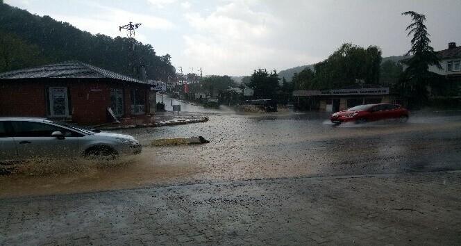 Beykoz Anadoluhisarı'nda su baskınında sürücüler araçta mahsur kaldı