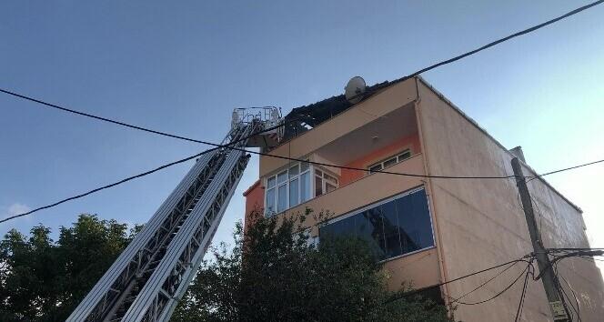 Sultanbeyli'de 3 katlı binanın çatısı alev alev yandı