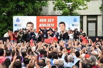 İstanbul'un Başkanı Kadıköylülerle Kucaklaştı