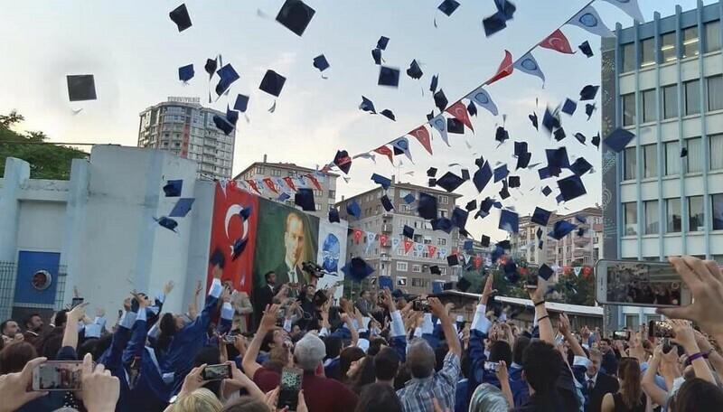 Ahmet Şimşek'te mezuniyet coşkusu yaşandı.